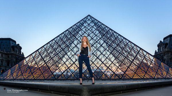 shooting nocturne pyramide du louvre rue paris