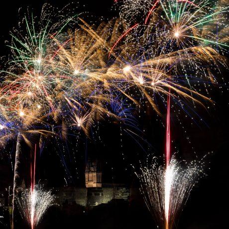 feu d'artifice d'Angers  avec le château et la cathédrale d'Angers en arrière plant